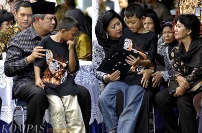 Presiden SBY menghibur keluarga korban
