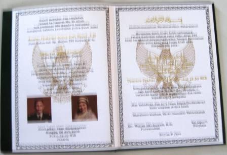 Bagian kartu undangan berbentuk surat nikah-unik